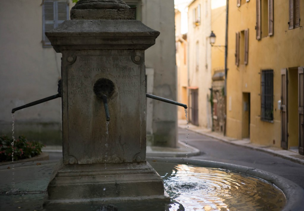 Sony A7r & Zeiss C-Sonnar 1.5/50 ZM. A fountain dripping on a sunny Provence evening.
