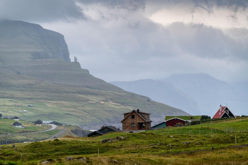 673DSC3554 The hamlet of Midvagur with the Trollkonufingur in the distance