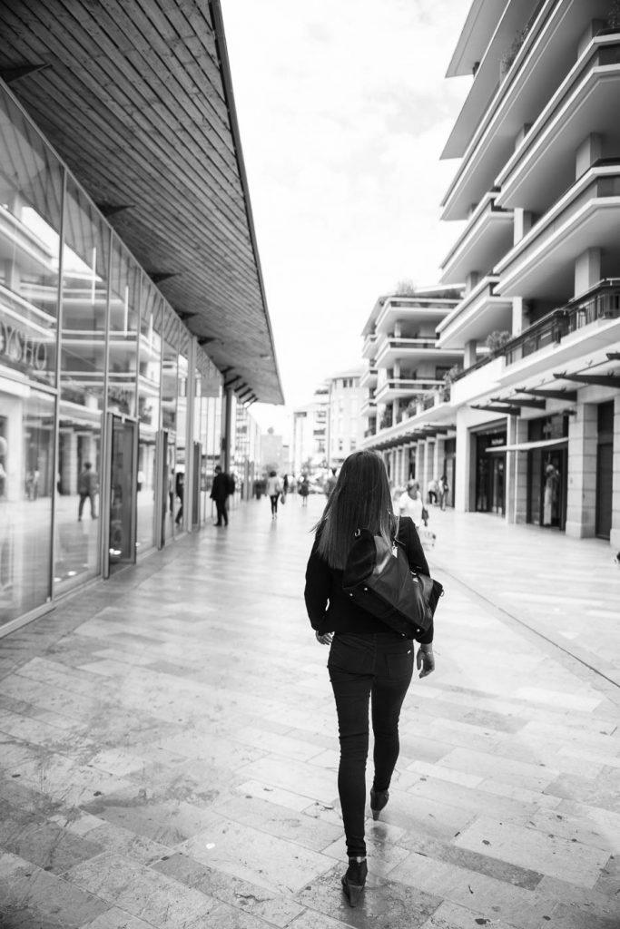A woman dressed in black in Aix en Provence. Zeiss OTUS 28