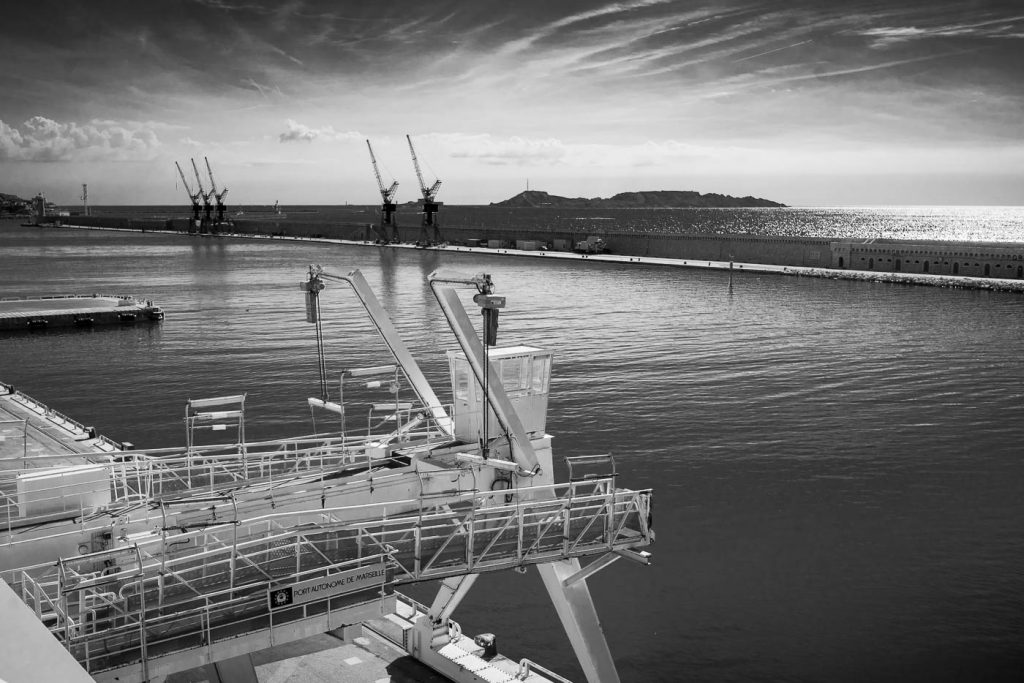 The zig zag motion in this photo of the port of Marseilles is a counter example to the rule of thirds